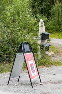 Ingen tvil om at det er kunstutstilling på Nausthaugen. (Foto: Toralv Østvang)