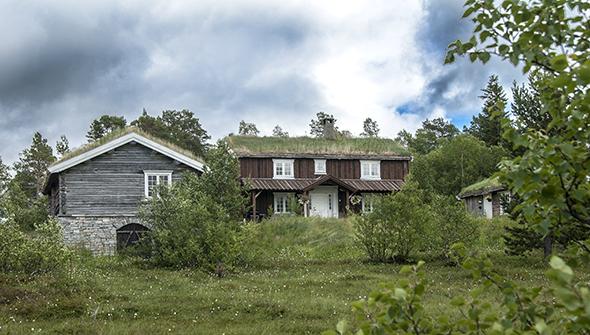Bygningen til venstre på bildet er uthuset til hytteeier Amund Grimstad i Storlidalen - og nå i sommer identisk med Galleri Naustløkkja. (Foto: Toralv Østvang)