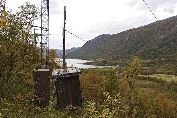 Den gamle Norkring-masten i lia ovenfor den sørøstlige enden av Ångardsvatnet skal i høst oppgraderes til internett-mast med trådløst fastnett. (Alle foto: Toralv Østvang)