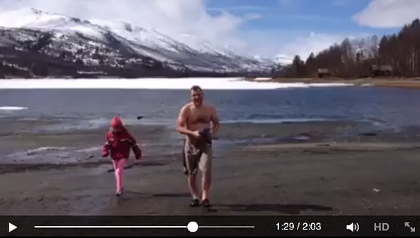 Rune Weiseth på vei opp fra Ångardsvatnet etter den første dukkerten. (Utklipp fra videoen som dokumenterer svømmeturen.)