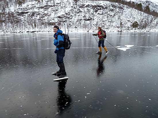Østenden av Ångårdsvatnet hadde fin is uten iskrystaller.