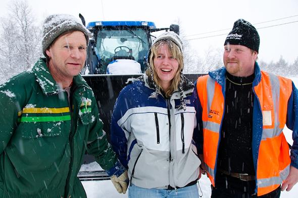 SNØBRØYTING: Løypekjørerne i Storlidalen jobber også med snøbrøyting og kan få en travel jul. Fra venstre Arnt Vasli, Wenche Storli og Hallvard Storli. Arkivfoto fra 2009. (Foto: Toralv Østvang)