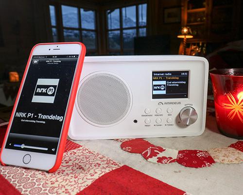 KJEKT PÅ HYTTA: Amadeus ADIBTW14 i sitt rette miljø. Radioen kan fjernstyres fra mobil eller nettbrett. (Alle foto: Toralv Østvang)