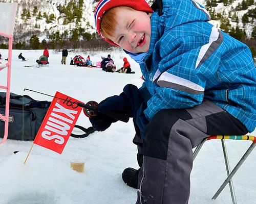 Isfiskekonkurransen på Ångardsvatnet er populær både blant unge og eldre. (Foto: Toralv Østvang)