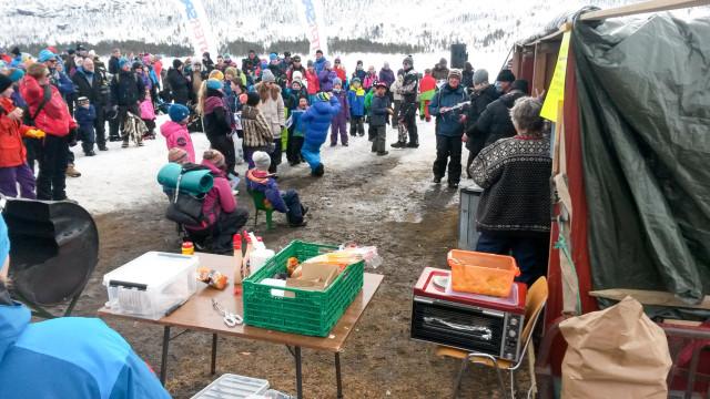 MER OG MER POPULÆRT: Den årlige isfiskekonkurransen på Ångardsvatnet blir mer og mer populær for hvert år som går.