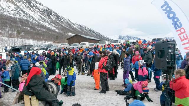 FOLKSOMT: Årets isfiskekonkurranse på Ångardsvatnet ble trolig den mest besøkte i denne konkurransens historie.