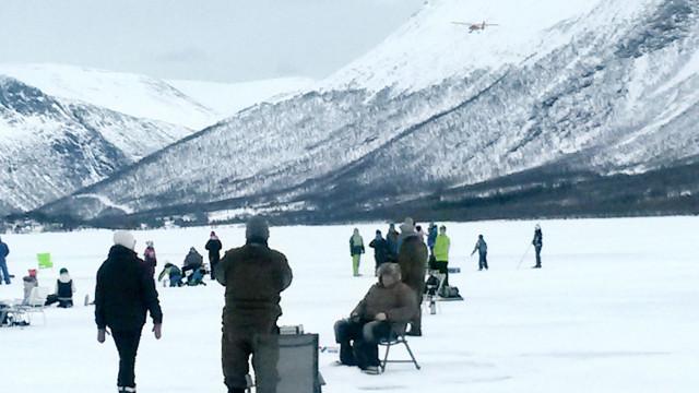 LUFTENS BARON: Ser man godt etter, kommer det besøk ovenfra til isfiskekonkurransen.