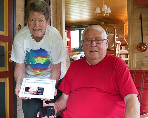 MINIRUTER: Inger og Per Vinje hadde internett både på nettbrett og PC i sommer takket være miniruter. (Alle foto: Toralv Østvang)