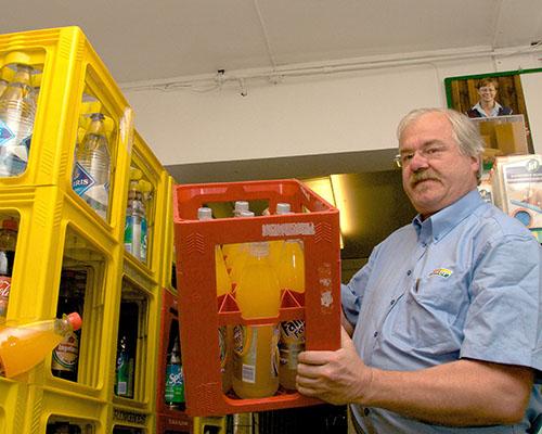 Kjøpmann Odd Inge Sliper ønsker velkommen til påskehandel. (Foto: Toralv Østvang)